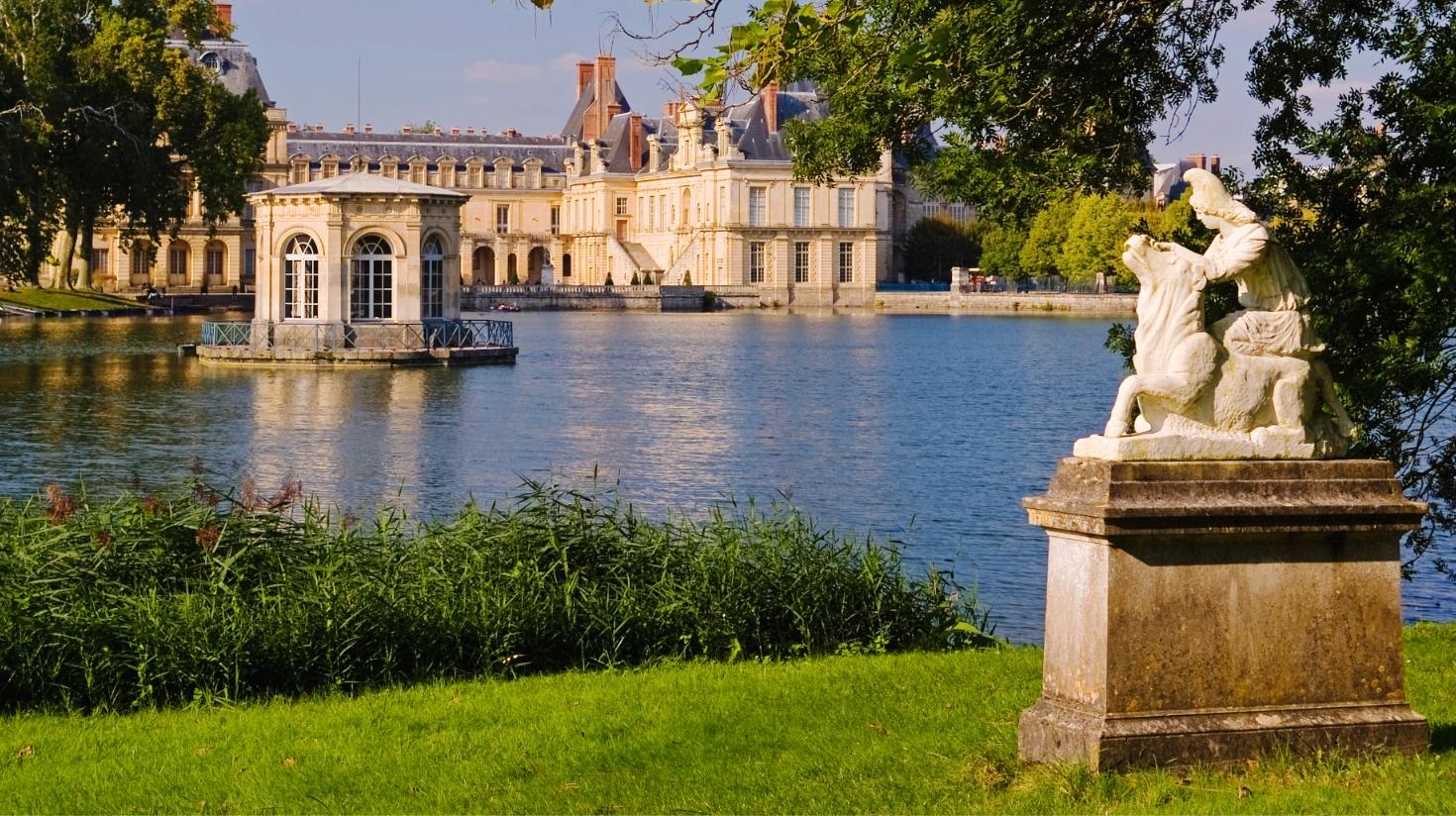 chateau-fontainebleau-etang-bellesdemeures.jpg